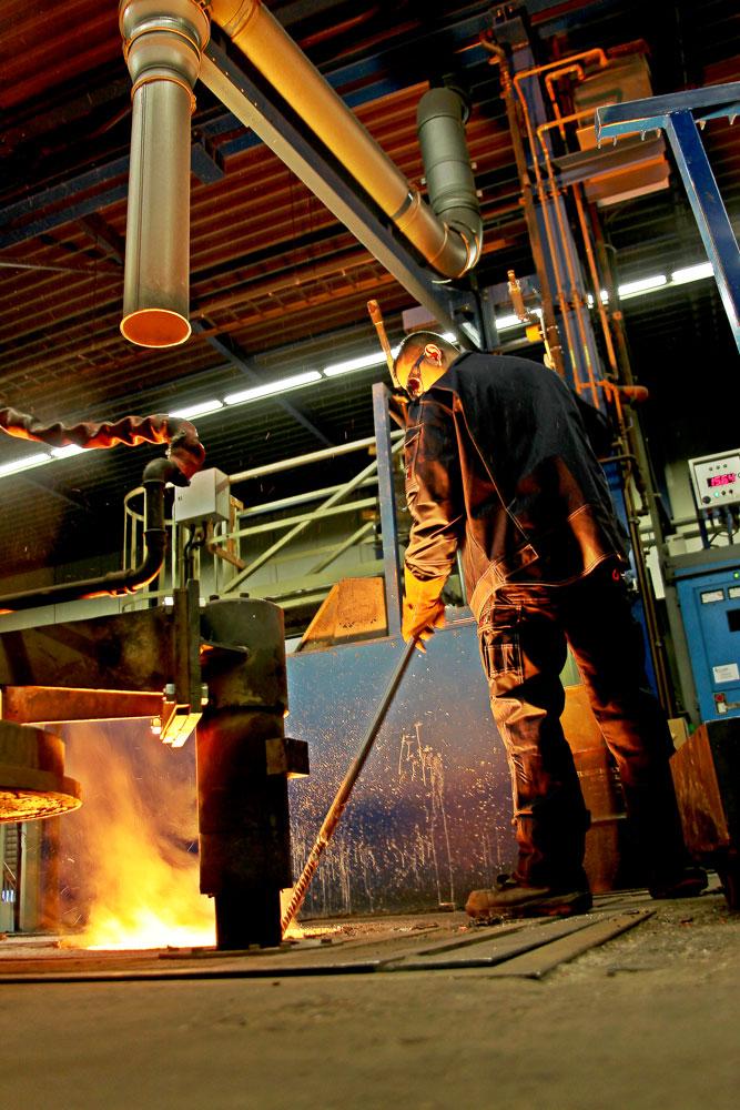 Bij een gieterij werken de medewerkers onder zware omstandigheden. Brandvertragende kleding is een must.