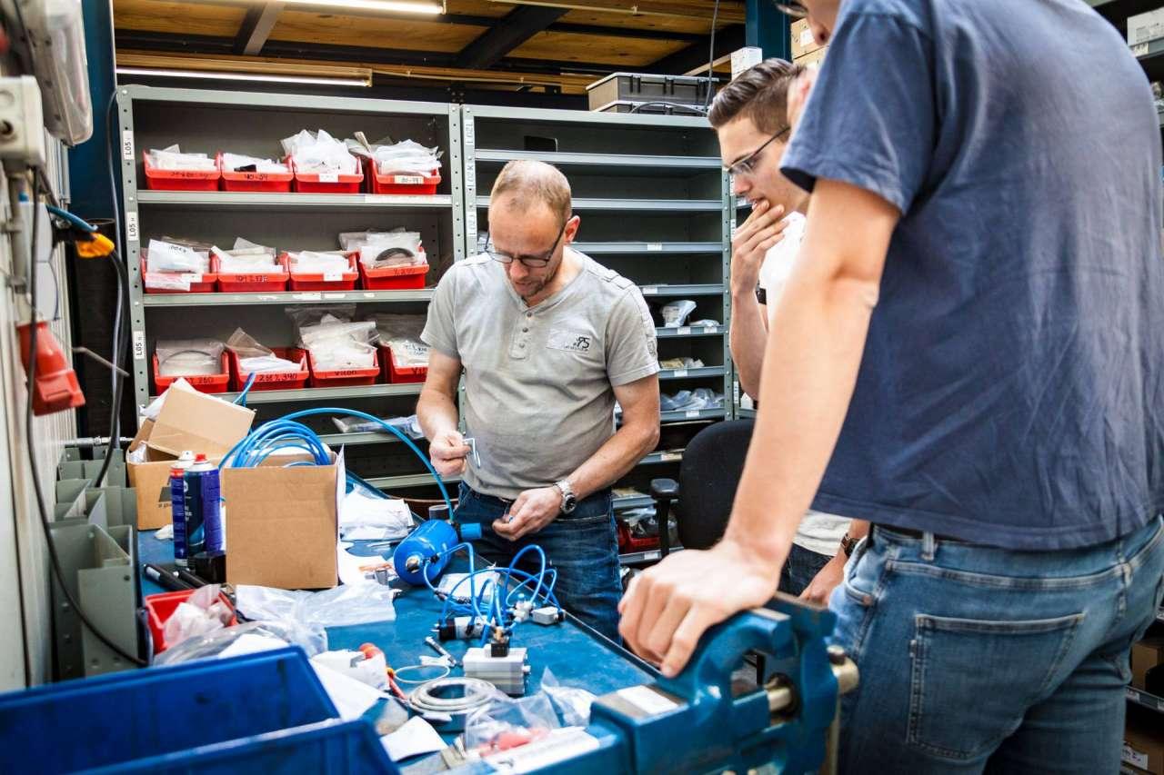 Onze Festo-specialist Jos Hobert helpt de studenten met een stukje pneumatiek